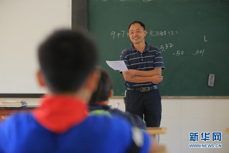 Thầy Nong Jiagui dạy học năm 2020. Ảnh: Yunnan.