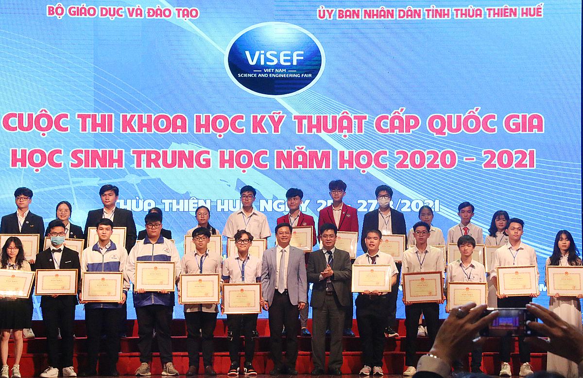 Bộ Giáo dục và Đào tạo trao giải nhất cho tác giả của 12 dự án đạt giải nhất. Ảnh: Quỳnh Trang.
