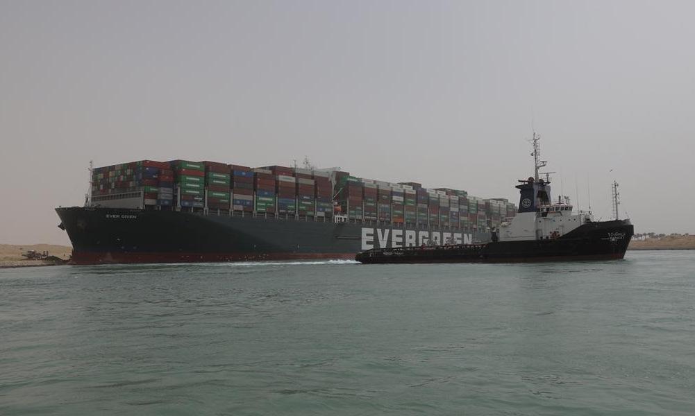 Tàu kéo tham gia giải cứu tàu hàng Ever Given hôm 25/3. Ảnh: Reuters.