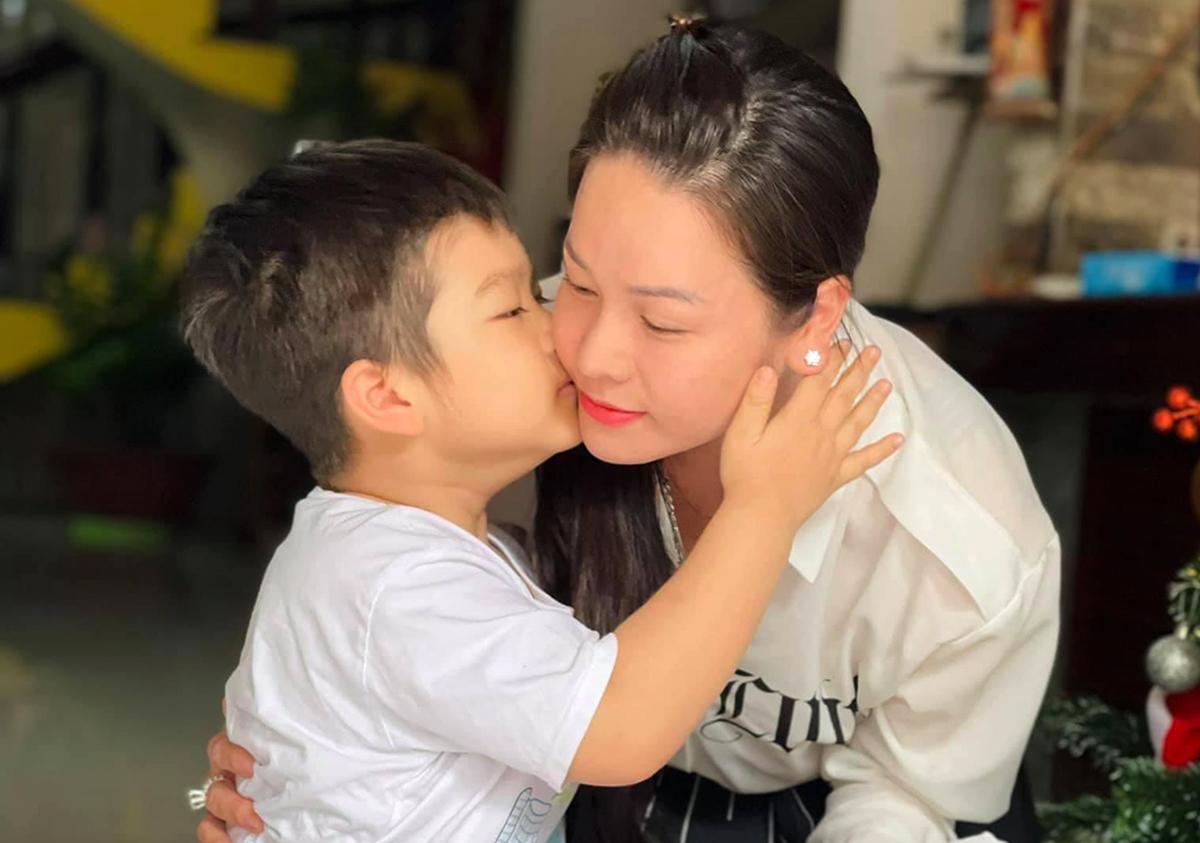 Nhật Kim Anh và con trai hồi cuối năm 2020. Ảnh: Nhân vật cung cấp.