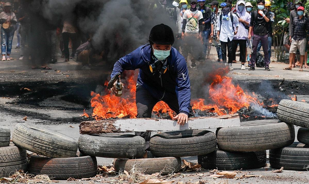 Người biểu tình thiết lập chướng ngại vật tại Yangon ngày 27/3. Ảnh: Reuters.