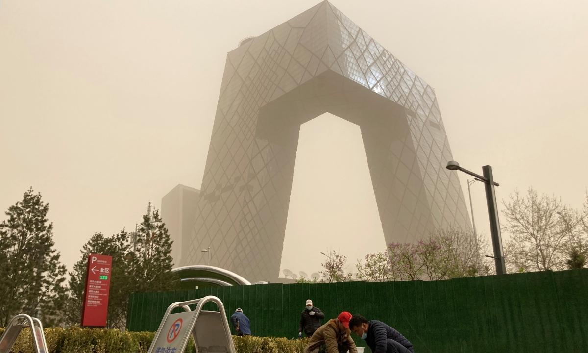 Trụ sở CCTV trong bão cát ở Bắc Kinh. Ảnh: Reuters.