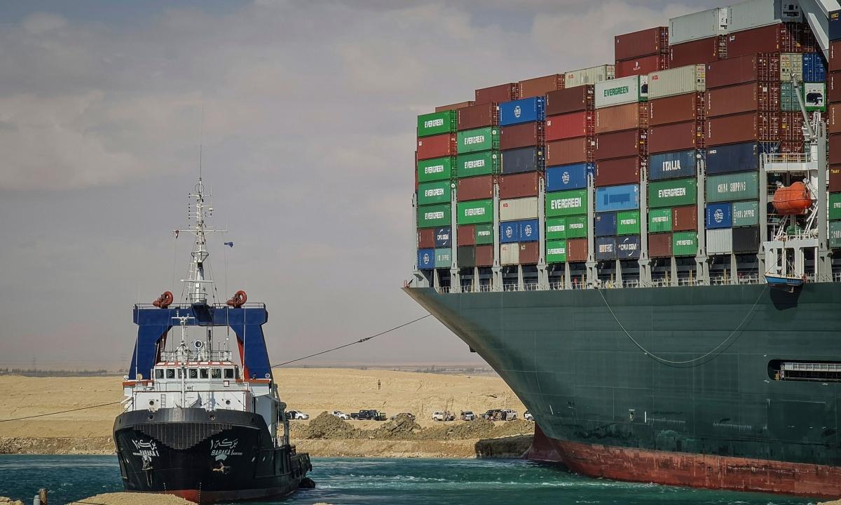 Một tàu kéo tham gia nỗ lực giải cứu tàu Ever Given ngày 27/3. Ảnh: DPA.
