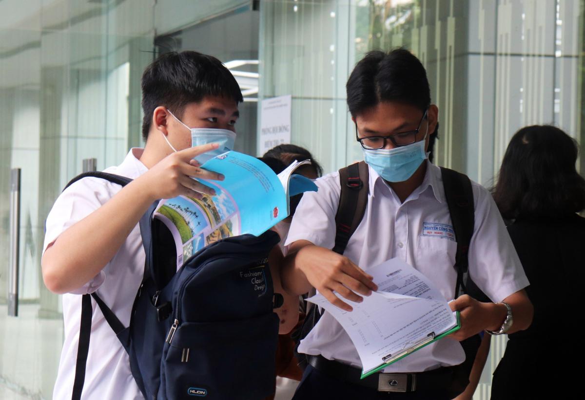 Thí sinh tranh thủ ôn bài trước giờ thi tại điểm thi Đại học Công nghiệp TP HCM, quận Gò Vấp. Ảnh: Diệu Uy.