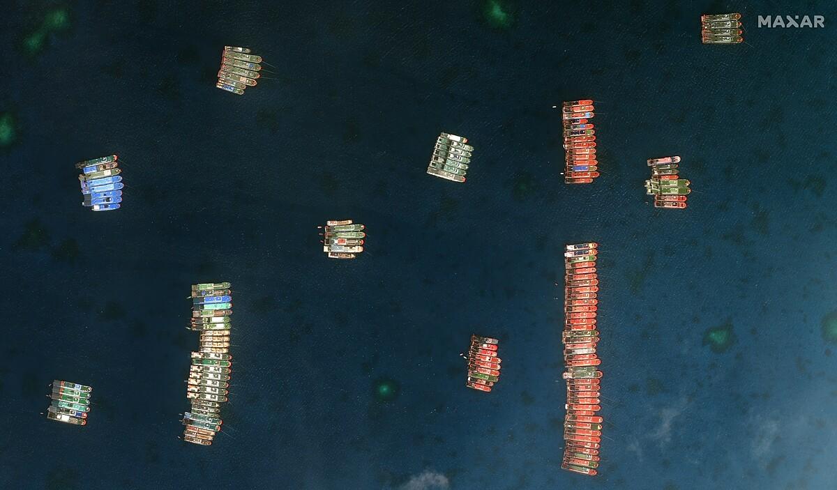 Đội tàu Trung Quốc neo đậu trái phép gần đảo Sinh Tồn Đông của Việt Nam. Ảnh: AP.