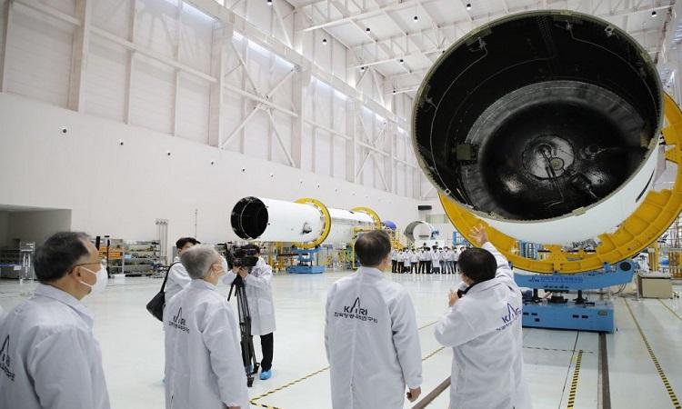 Tổng thống Moon Jae-in theo dõi lắp ráp tên lửa Nuri. Ảnh: Yonhap.