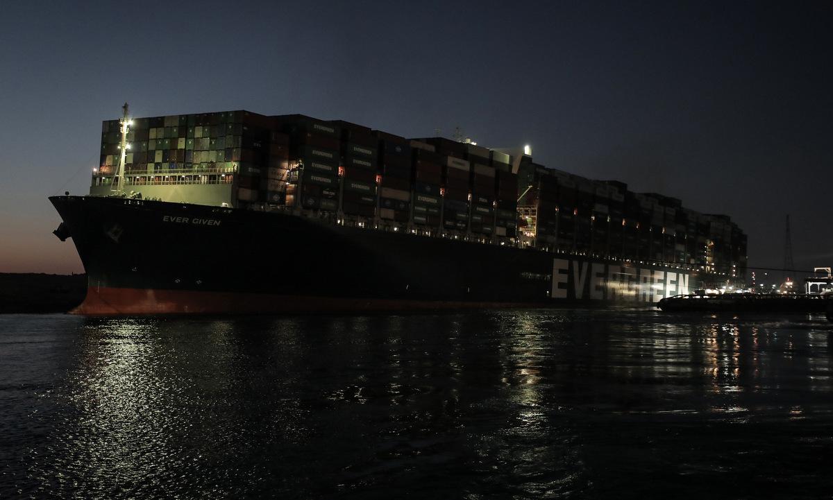 Tàu hàng Ever Given tại kênh đào Suez hôm 29/3. Ảnh: Reuters.