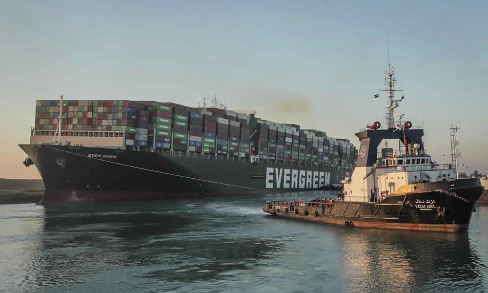 Tàu hàng Ever Given được một tàu kéo đi trên kênh Suez của Ai Cập hôm 29/3. Ảnh: AP.