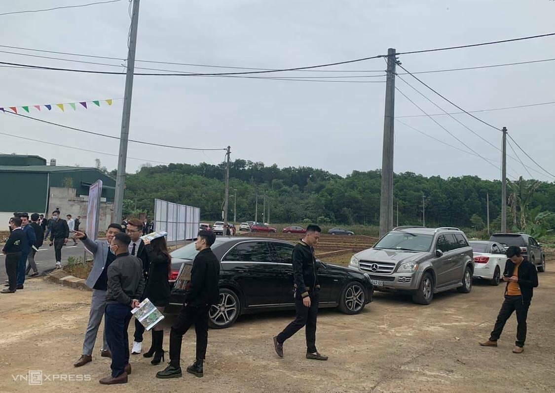 Người dân đi xem đất ở ngoại thành Hà Nội. Ảnh: V.H