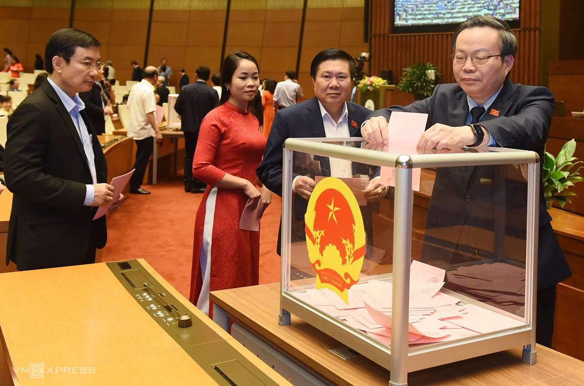 Các đại biểu bỏ phiếu miễn nhiệm Chủ tịch Quốc hội Nguyễn Thị Kim Ngân. Ảnh: Giang Huy