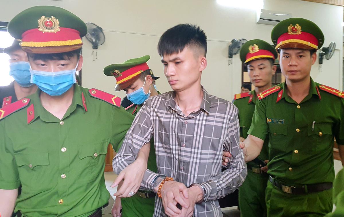 Bị cáo Dũng (áo sọc) tại hội trường xét xử TAND tỉnh Hà Tĩnh, trưa 30/3. Ảnh: Đức Hùng