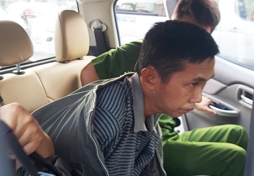 Nghi can Quách Phú Cường bị khống chế sau khi cướp vàng. Ảnh: Nam An