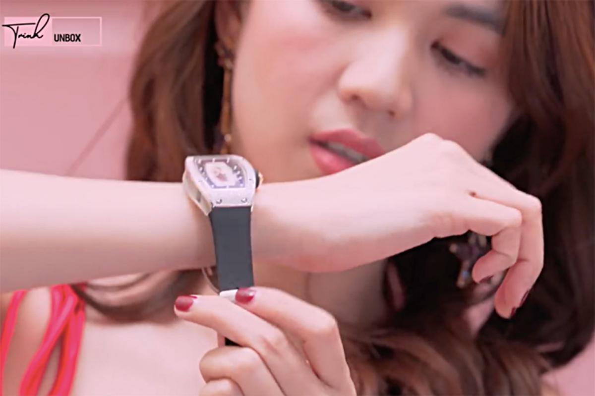 Ngọc Trinh và chiếc đồng hồ hàng hiệu. Ảnh: Ngoisao.