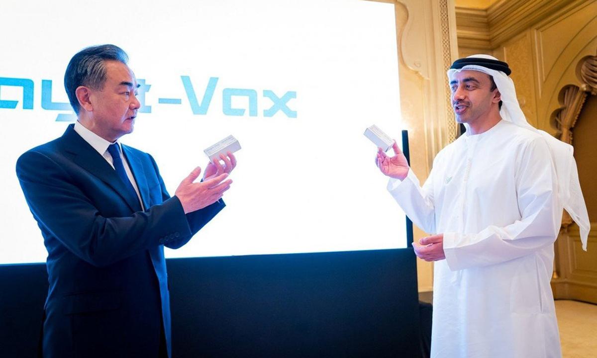 Ngoại trưởng Trung Quốc Vương Nghị (trái) gặp Ngoại trưởng UAE Abdullah Bin Zayed Al Nahyan tại Abu Dhabi hôm 28/3. Ảnh: Reuters.