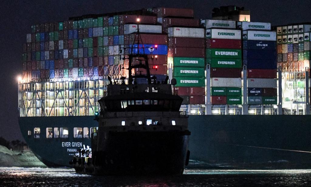 Một tàu kéo làm nhiệm vụ giải cứu tàu hàng Ever Given trên kênh Suez của Ai Cập hôm 27/3. Ảnh: AFP.