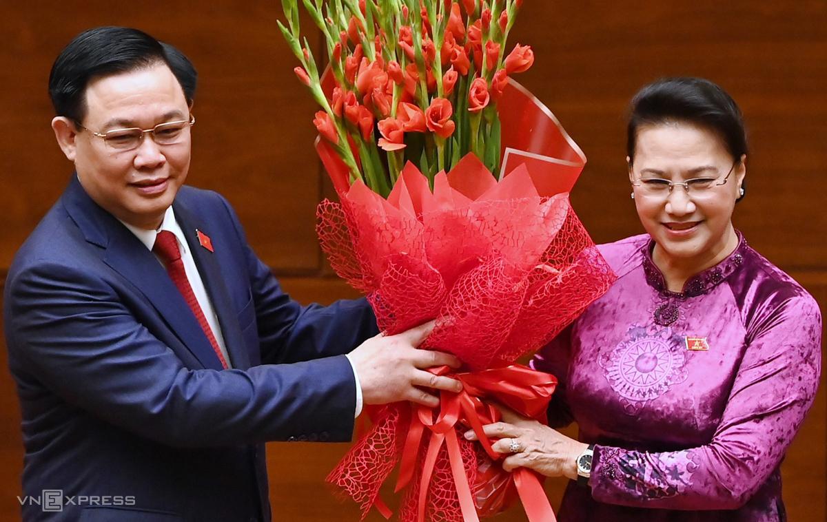 Nguyên Chủ tịch Quốc hội Nguyễn Thị Kim Ngân tặng hoa Chủ tịch Quốc hội Vương Đình Huệ. Ảnh: Giang Huy