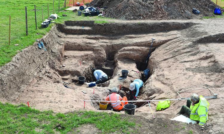 Các nhà khảo cổ khai quật xưởng muối ở Bắc Yorkshire, Anh. Ảnh: Guardian.