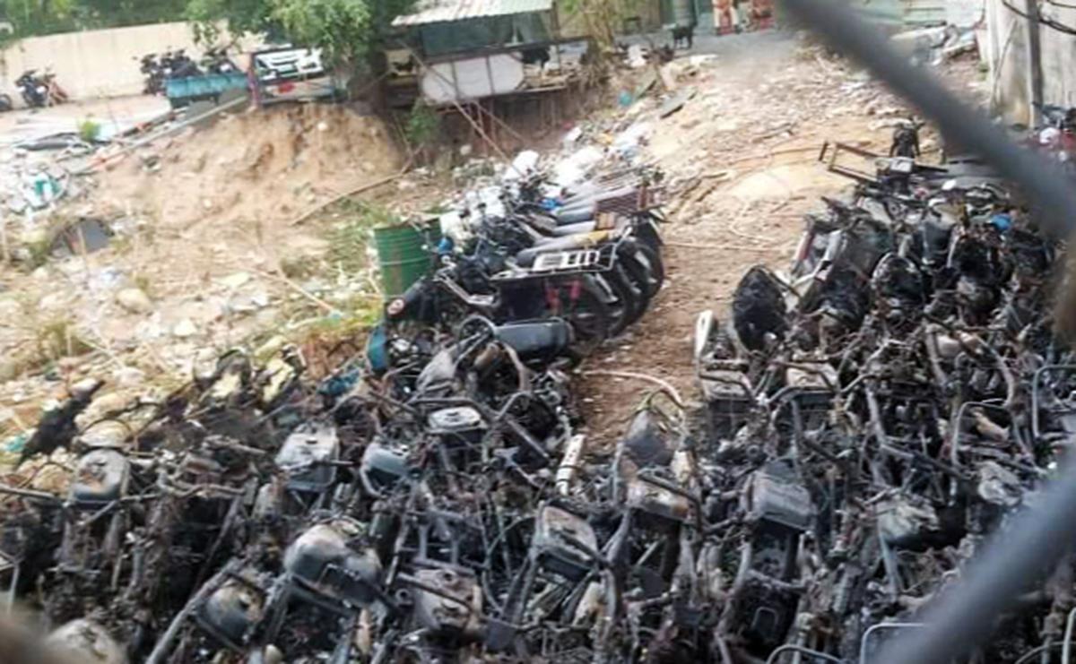Nhiều xe máy bị thiêu rụi sau vụ cháy, sáng 31/3. Ảnh: Đình Văn.