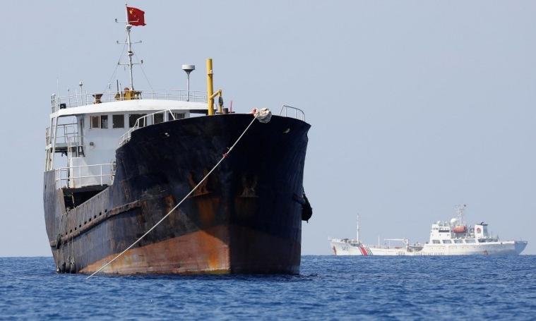 Tàu cá và tàu hải cảnh Trung Quốc tại bãi cạn Scarborough năm 2017. Ảnh: Reuters.