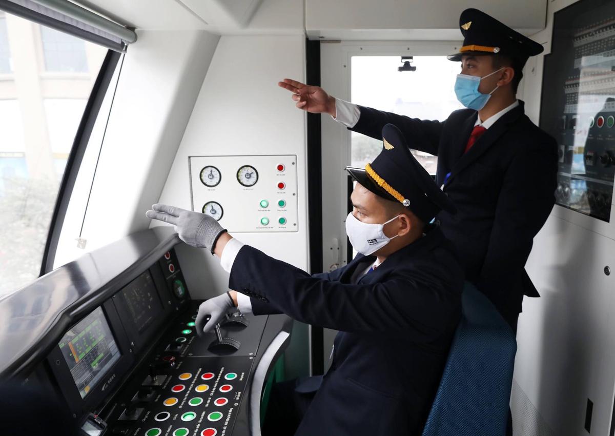 Toàn bộ lái tàu, nhân viên vận hành là người Việt Nam. Ảnh: Ngọc Thành.