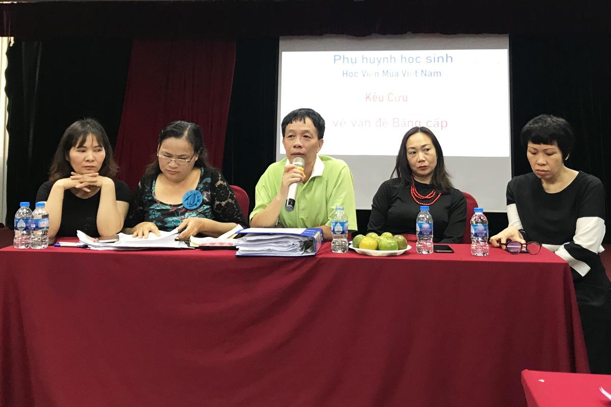 Phụ huynh có con học tại Học viện Múa Việt Nam họp sáng 31/3. Ảnh: Dương Tâm.