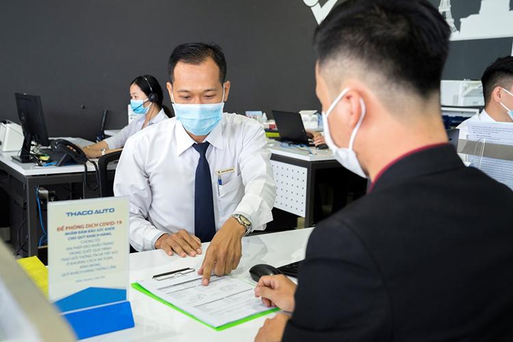 Tư vấn viên của Peugeot Việt Nam tiếp đón khách làm dịch vụ.