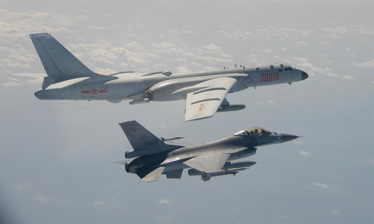 Tiêm kích F-16 của phòng vệ Đài Loan (dưới) bay giám sát oanh tạc cơ H-6 của không quân Trung Quốc tháng 2/2020. Ảnh: Reuters.