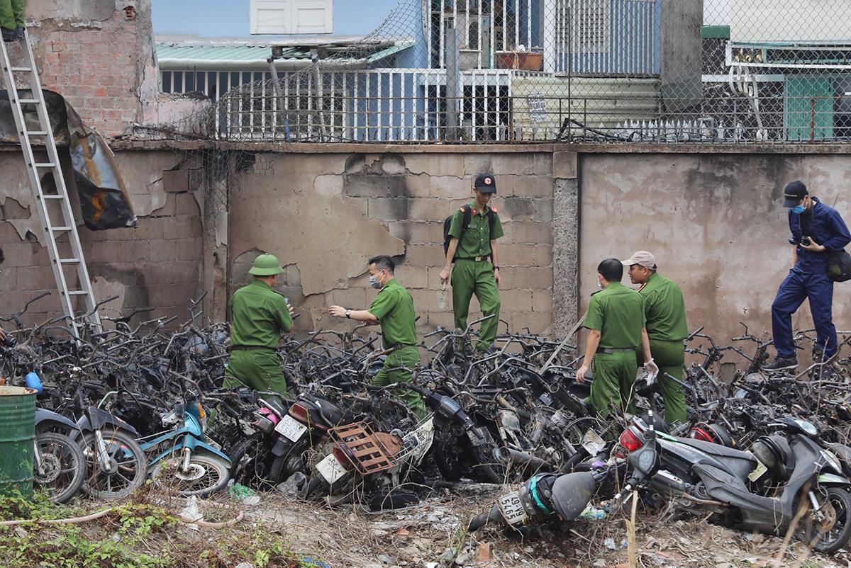 Cảnh sát khám nghiệm hiện trường vụ cháy, sáng 31/1. Ảnh: Quỳnh Trần.