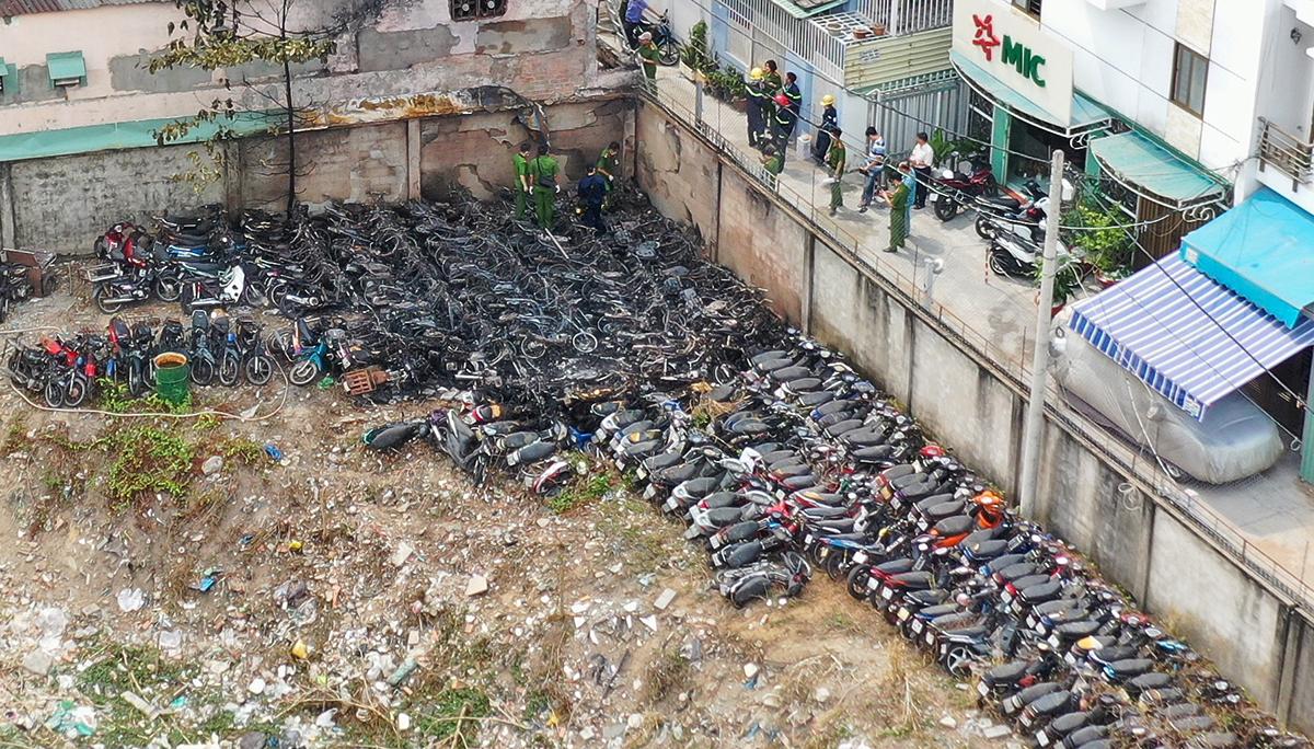 Hàng chục xe cháy trơ khung bằng một góc trong bãi giữ xe CSGT TP Thủ Đức, sáng 31/1. Ảnh: Quỳnh Trần.