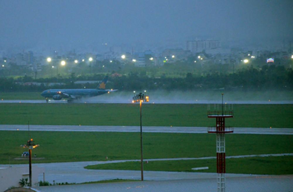 Sân bay Tân Sơn Nhất trong lần ngập nước do mưa lớn. Ảnh: Duy Trần.