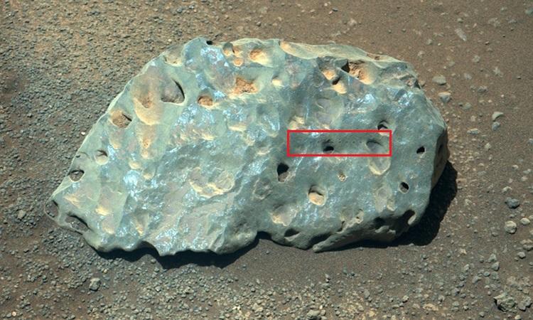 Loạt chấm nhỏ xuất hiện trên đá sau khi robot NASA bắn laser. Ảnh: NASA/JPL-Caltech/ASU.