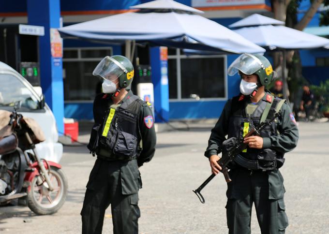 Cảnh sát cơ động thuộc Bộ Công an bao vây một cây xăng trong chuyên án. Ảnh: Đình Văn.