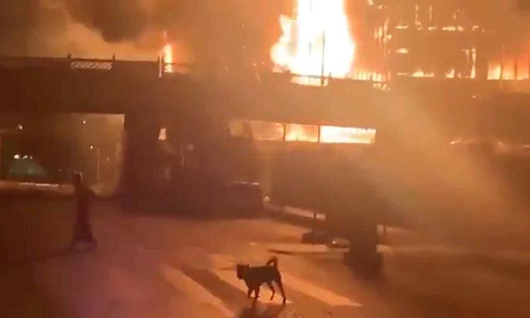 Đám cháy tại siêu thị Ruby Mart ở thành phố Yangon rạng sáng nay. Ảnh: Reuters.