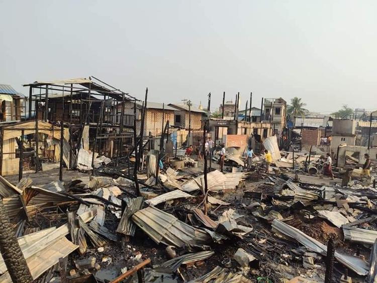 Khoảng 100 ngôi nhà bị thiêu rụi sau đám cháy ở Mandalay sáng nay. Ảnh: Twitter/MayWong.