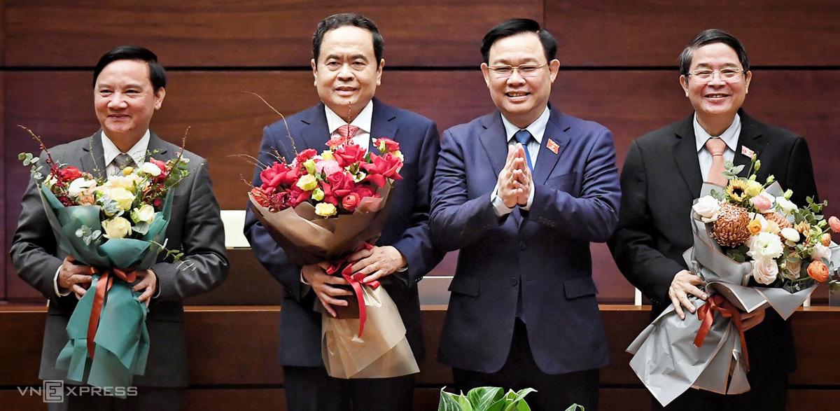 Chủ tịch Quốc hội Vương Đình Huệ tặng hoa cho các Phó chủ tịch Nguyễn Khắc Định, Trần Thanh Mẫn và Nguyễn Đức Hải, sáng 1/4. Ảnh: Giang Huy