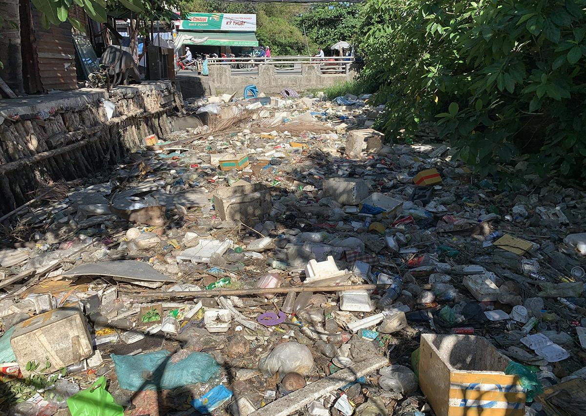 Một đoạn kênh Hy Vọng bị ngập rác, tháng 3/2021. Ảnh: Quỳnh Trần.
