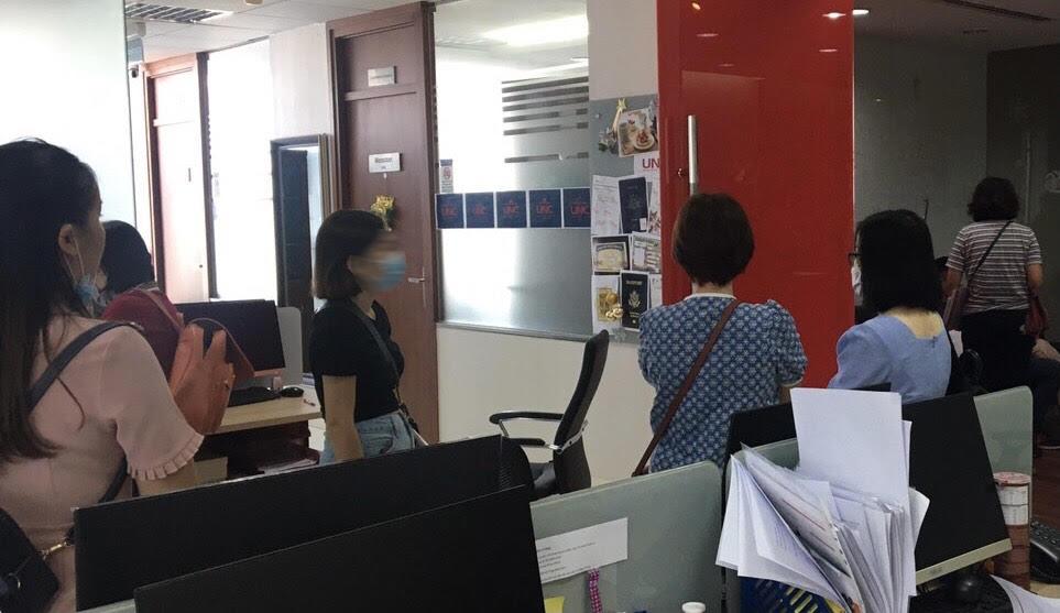 Nhóm khách hàng đến Văn phòng UNC 3 ngày trước khi Công ty này đóng cửa giữa tháng 1/2021. Ảnh: Nhân vật cung cấp