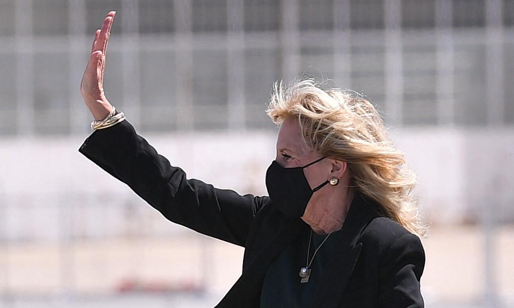 Đệ nhất phu nhân Mỹ Jill Biden tại sân bay trước khi rời khỏi thành phố Bakersfield, bang California, hôm 1/4. Ảnh: AFP.