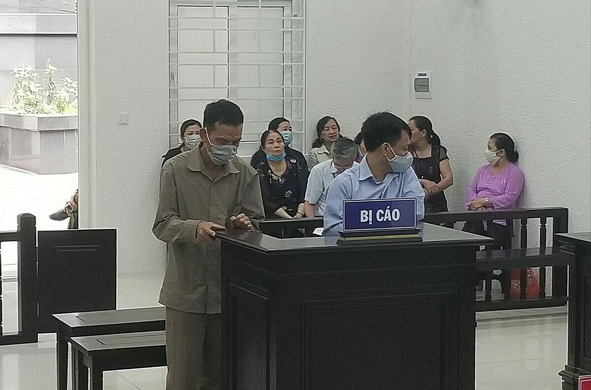 Bị cáo Đạt (áo xanh) và Hoạt tại phiên xét xử. Ảnh: Hải Thư