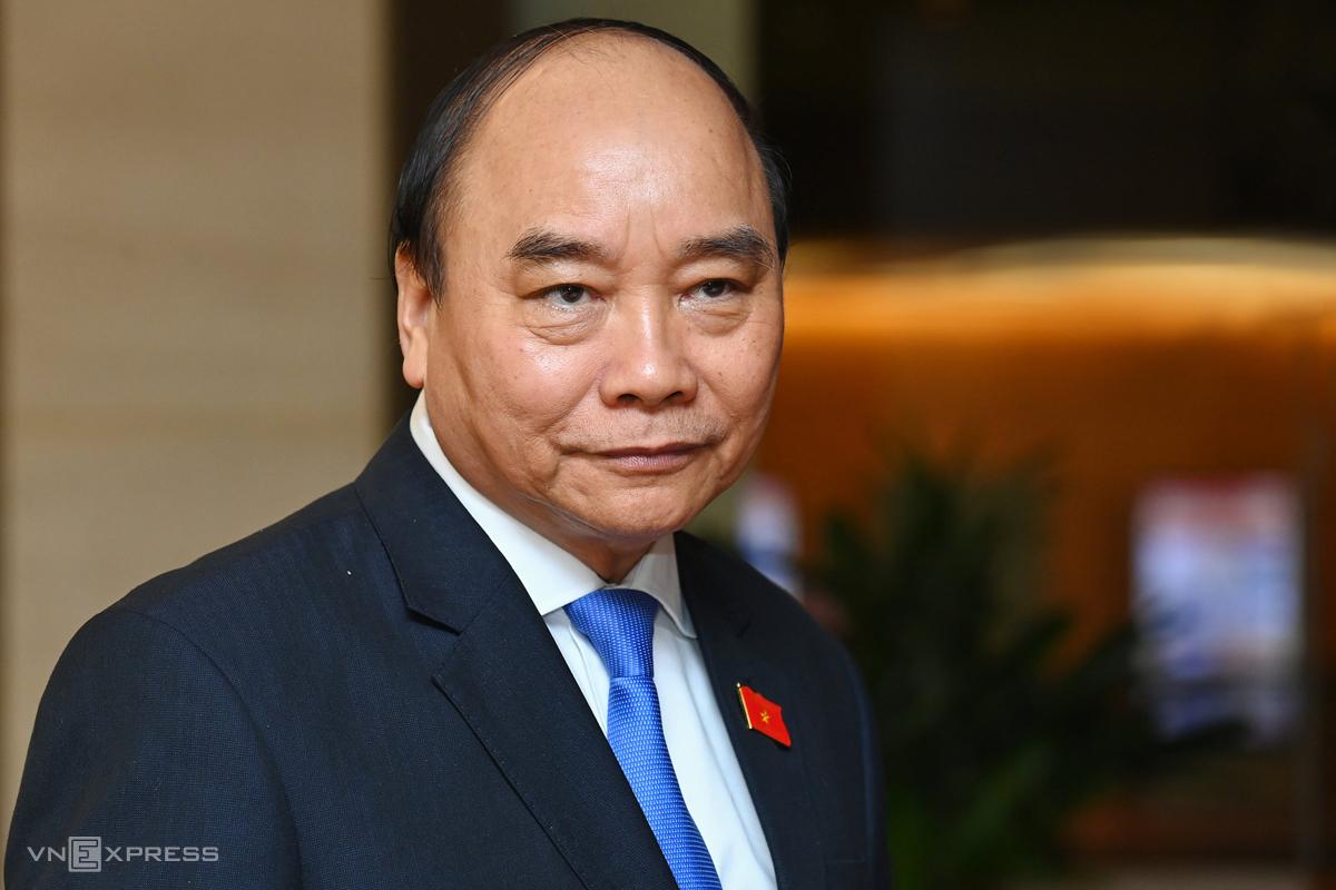 Thủ tướng Nguyễn Xuân Phúc bên hành lang Quốc hội ngày 2/4. Ông được miễn nhiệm chức vụ Thủ tướng để giới thiệu bầu làm Chủ tịch nước. Ảnh: Giang Huy
