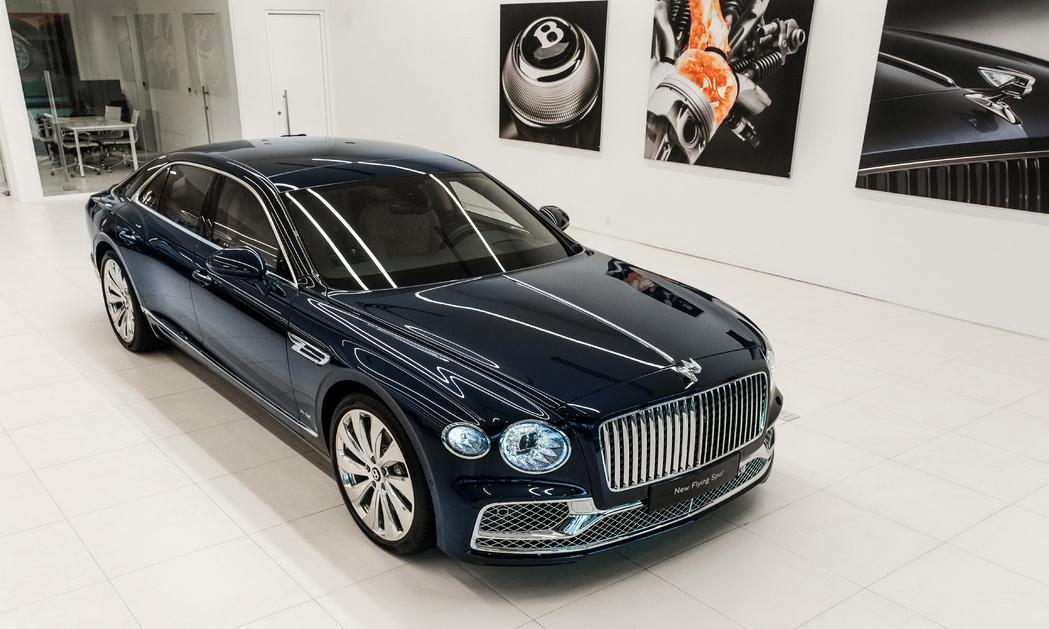 Bentley Flying Spur thế hệ mới phiên bản đặc biệt số lượng hạn chế First Edition xuất hiện tại Việt Nam, giá khoảng 30 tỷ nếu đầy đủ các option.