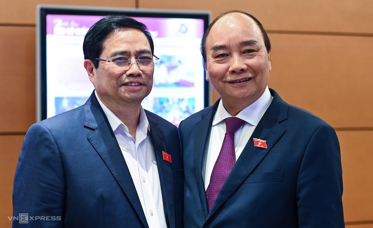 Thủ tướng Nguyễn Xuân Phúc và Trưởng ban Tổ chức Trung ương Phạm Minh Chính bên hành lang Quốc hội. Ảnh: Giang Huy