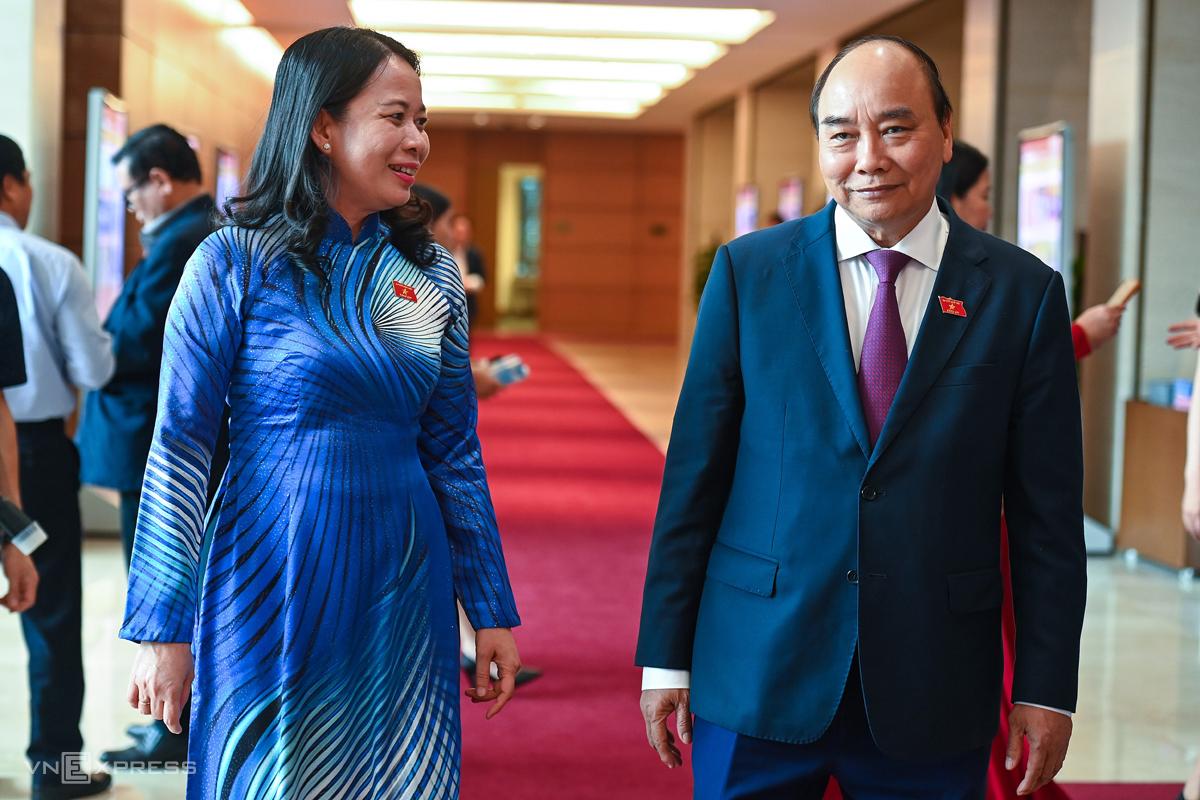 Ông Nguyễn Xuân Phúc - Thủ tướng nhiệm kỳ 2016-2021, và bà Võ Thị Ánh Xuân, Bí thư Tỉnh ủy An Giang, bên hành lang Quốc hội. Ảnh: Giang Huy