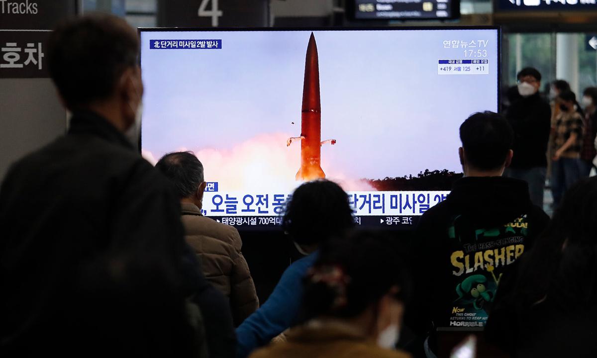 Người dân tập trung xem màn hình chiếu vụ thử tên lửa của Triều Tiên tại một ga tàu ở Seoul, Hàn Quốc tuần trước. Ảnh: AP.