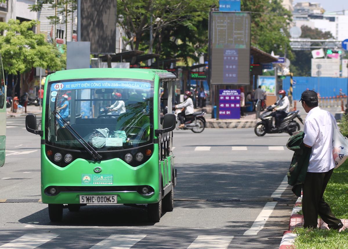 Buýt điện 12 chỗ chạy trên đường Hàm Nghi, quận 1. Ảnh: Gia Minh.