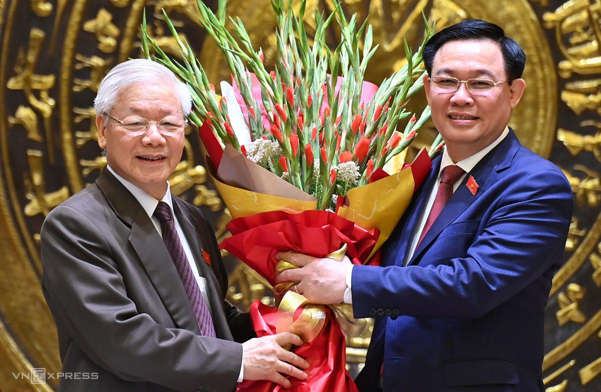 Chủ tịch Quốc hội Vương Đình Huệ tặng hoa chúc mừng Tổng bí thư Nguyễn Phú Trọng hoàn thành trọng trách Chủ tịch nước, chiều 2/4. Ảnh Giang Huy