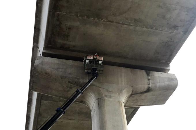 Kỹ sư kiểm tra gối dầm cầu tại khu vực cầu khu vực giữa ngã tư Thủ Đức và Bình Thái (TP Thủ Đức). Ảnh: Phạm Quỳnh.