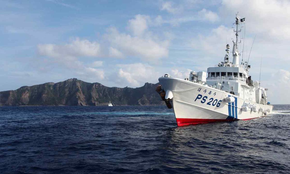 Tàu PS206 Houou của lực lượng cảnh sát biển Nhật Bản đi qua phía trước đảo Uotsuri, thuộc nhóm đảo Senkaku/ Điếu Ngư năm 2013. Ảnh: Reuters.