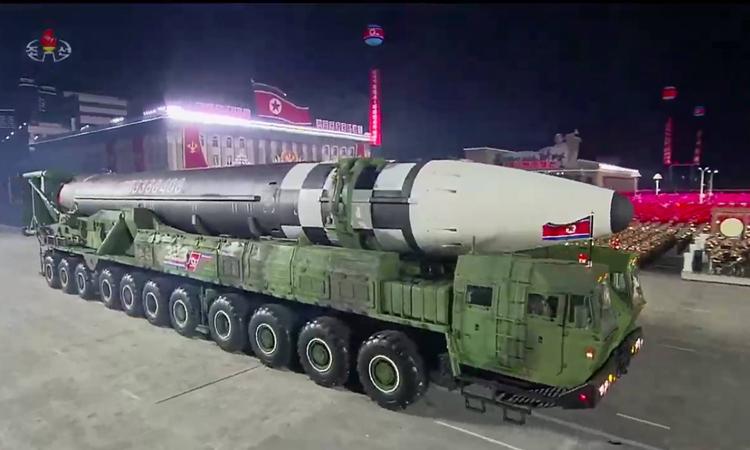 Mẫu tên lửa liên lục địa được Triều Tiên giới thiệu tại cuộc diễu binh ở quảng trường Kim Il Sung, Bình Nhưỡng hồi tháng 10/2020. Ảnh: AFP.