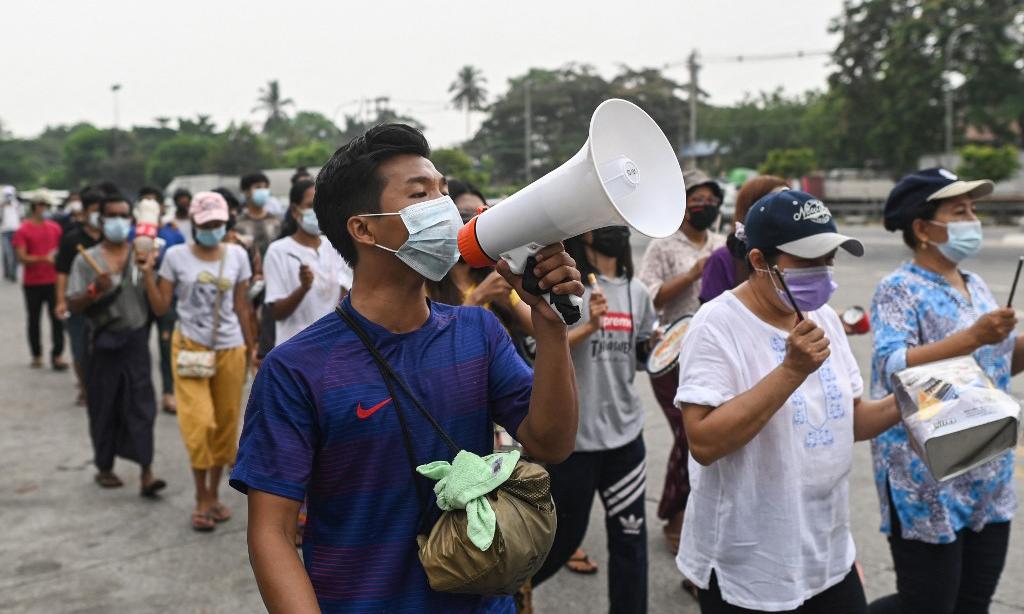 Đoàn người biểu tình phản đối đảo chính tại thị trấn Ahlone, Yangon, Myanmar, hôm nay. Ảnh: AFP.
